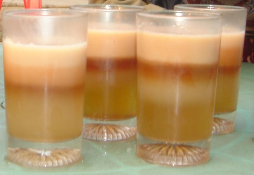 In Bangladesh's esiste il tè arcobaleno, un tè a strati creato dal proprietario del Nilkantha Tea Cabin
